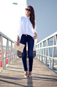 Белая блузка с синими джинсами