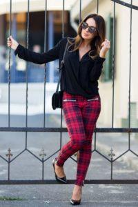 брюки с черной блузкой
