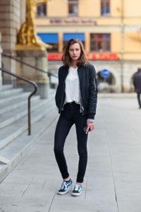 черные джинсы с кедами