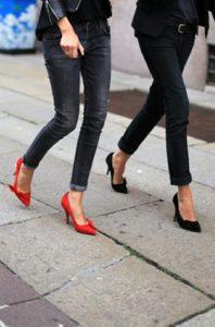черные джинсы с туфлями на каблуке