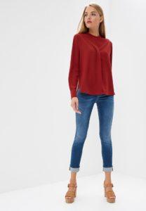 джинсы и красная блузка