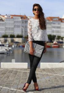 кружевная блузка с черными джинсами