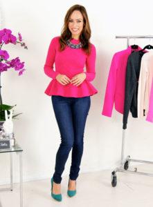 розовая блузка с джинсами