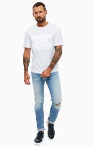 джинсы мужские с белой футболкой