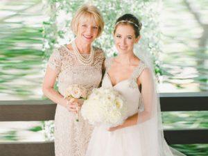 Нарядные платья маме невесты: модные фасоны и ткани