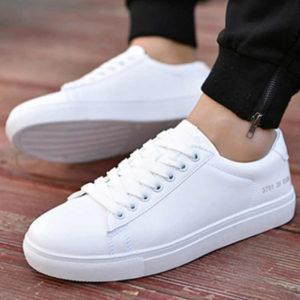 10 модных образов с белыми мужскими кроссовками
