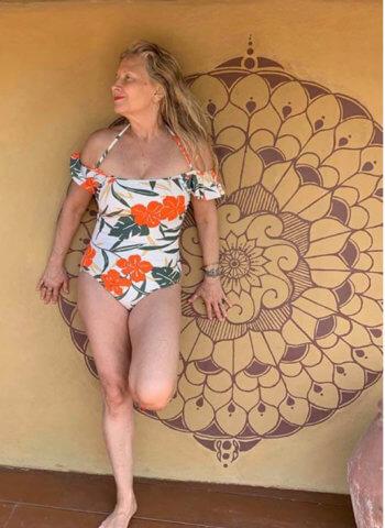 15 стильных купальников для женщин старше 50 лет