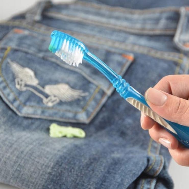 Как удалить следы жвачки с одежды в домашних условиях?