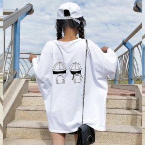 Как носить женскую футболку свободного кроя?