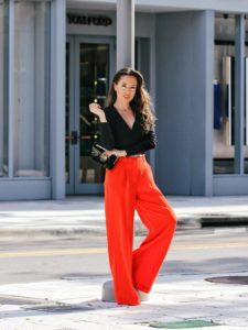 С чем носить красные брюки?
