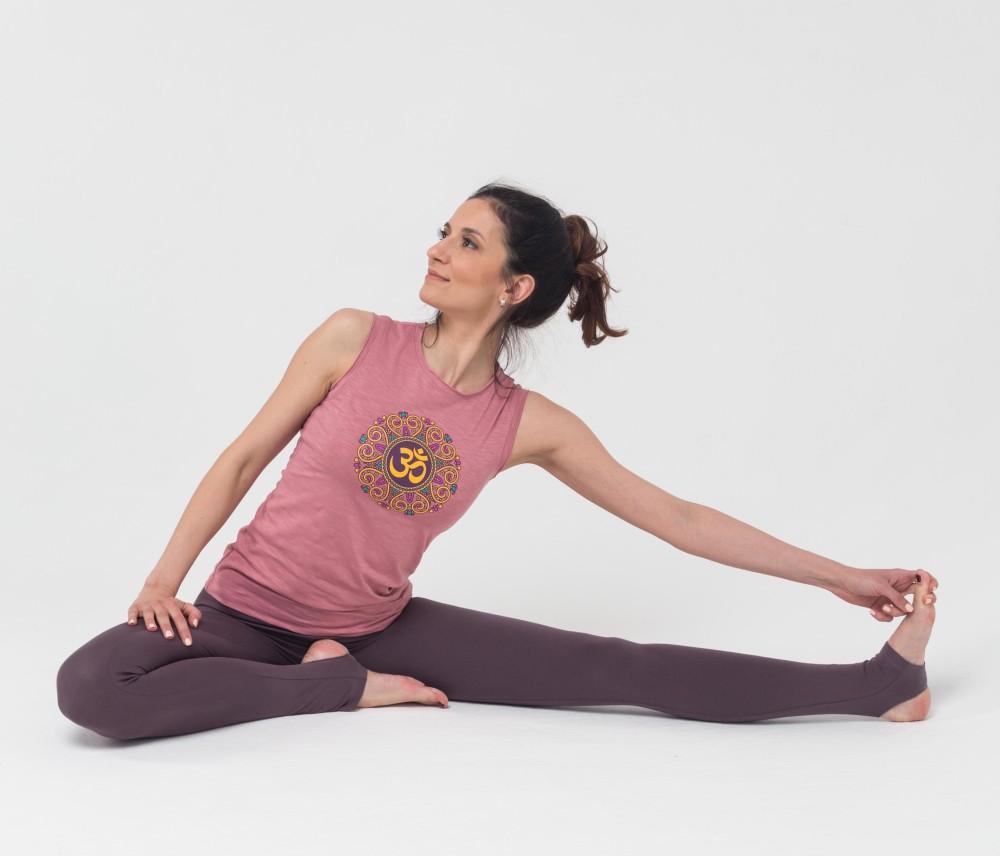 Как правильно выбрать женскую одежду для йоги