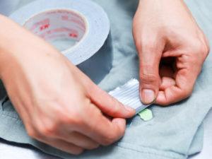 Как удалить следы жевательной резинки с одежды?